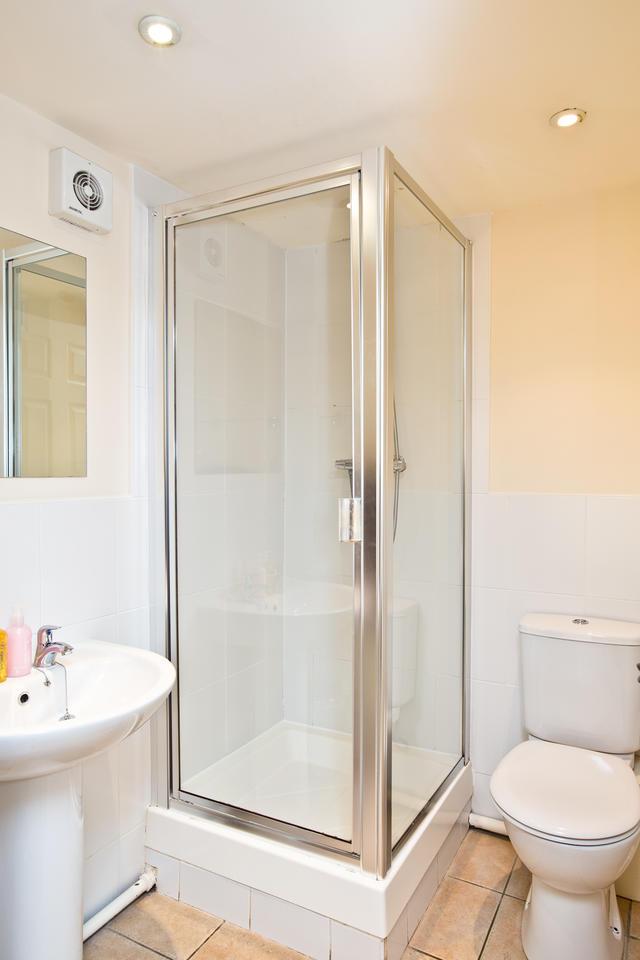 Cruck'd Barn - En suite to Bedroom two