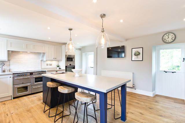 Spacious kitchen with island, perfect for socialising while cooking!
